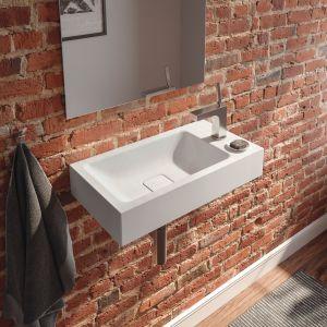 Zaprojektowana do toalet gościnnych umywalka Cono ze stali emaliowanej z półką na armaturę oraz akcesoria. Fot. Kaldewei