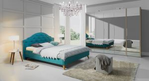 W kobiecej sypialni nie może zabraknąć połyskujących dodatków, miękkich, barwnych tkanin i mebli o wyrafinowanych kształtach. Najlepszy będzie styl glamour, jest bowiem kwintesencją elegancji.
