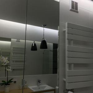 Drewno w duecie z bielą i czernią. Fot. Luxrad