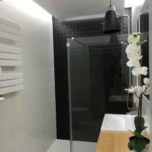Ten projekt pokazuje, że z pozoru zimne wnętrze gdzie dominuje czerń i biel może być ocieplone drewnem. Fot. Luxrad