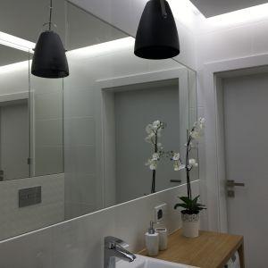 Duże, wklejane w płytki lustro powiększa nam optycznie małą łazienkę a ładny, wydajny i nie za duży grzejnik ogrzeje całe pomieszczenie. Fot. Luxrad