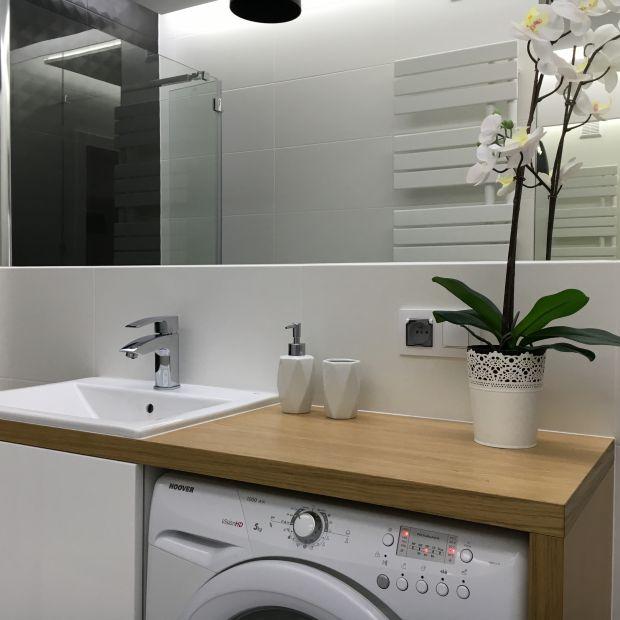 Mała łazienka: zobacz projekt biało-czarnego wnętrza