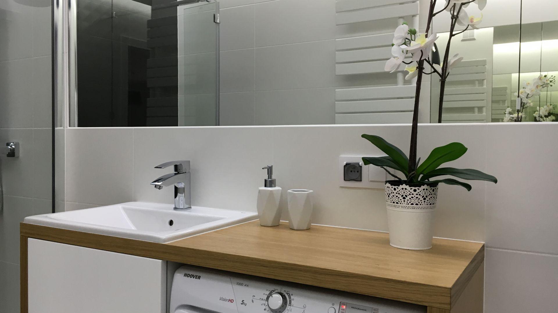 Właściciel łazienki miał bardzo konkretne oczekiwania. Przede wszystkim zależało mu na kabinie z odpływem liniowym zamiast wanny oraz na zaprojektowaniu przestrzeni pod pralkę, która nieco ją ukryje. Fot. Luxrad