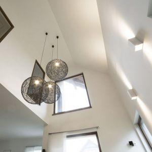Otwarta przestrzeń dzienna w strefie salonu rozciąga się na dwie kondygnacje. Projekt i zdjęcia: Katarzyna Benko / Och-Ach_Concept