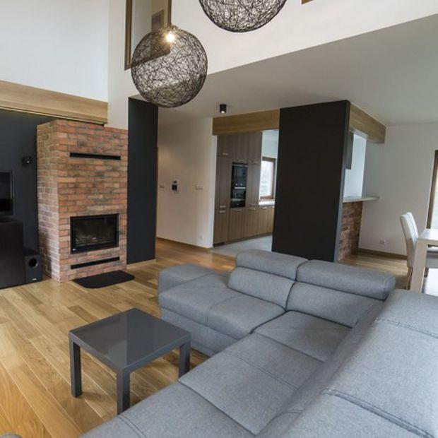 Cegła i drewno - zobacz nowoczesny dom dla rodziny