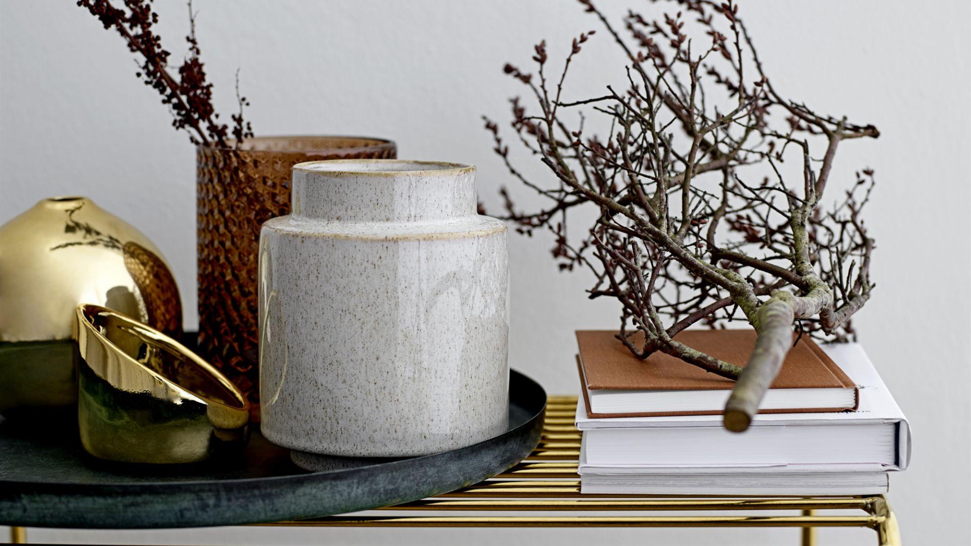 Ceramiczny wazon Gold w złotym kolorze. Fot. Bloomingville