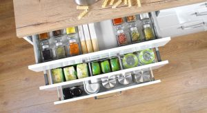 Utrzymanie porządku w kuchennych szufladach nie jest prostą sztuką. Są jednak rozwiązania, które ułatwiają to zadanie. Mata antypoślizgowa, organizatory na przyprawy i odpowiednio wyprofilowane uchwyty sprawią, że w szufladach zawsze panować b