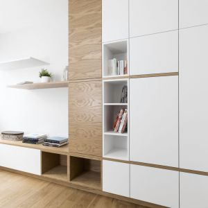 W pokoju gościnnym także znalazło się miejsce na pojemną zabudowę z szafami, szafką i otwartymi półkami. Projekt i zdjęcia: Małgorzata Górska-Niwińska/Pracownia Architektoniczna MGN