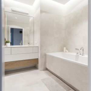 """Łazienka """"damska"""" jest utrzymana w jasnej, relaksującej kolorystyce. To pomieszczenie zostało powiększone o przylegającą wcześniej do niego toaletę. Projekt i zdjęcia: Małgorzata Górska-Niwińska/Pracownia Architektoniczna MGN"""