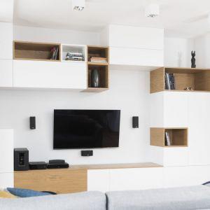W kąciku telewizyjnym zaprojektowano zabudowę meblową o nieregularnym kształcie. Jest pojemna, ale wygląda lekko. Projekt i zdjęcia: Małgorzata Górska-Niwińska/Pracownia Architektoniczna MGN