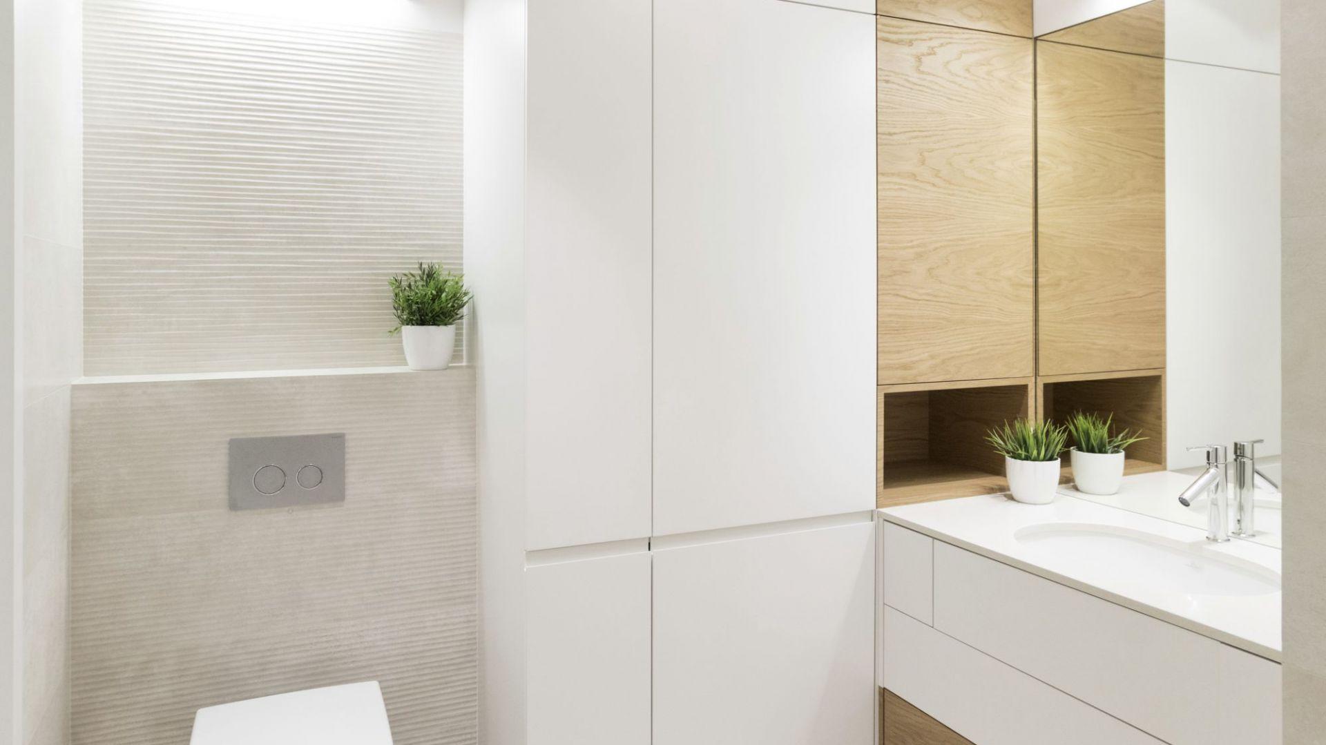 W białej szafie ukryto pralkę i kosz na bieliznę. Projekt i zdjęcia: Małgorzata Górska-Niwińska/Pracownia Architektoniczna MGN