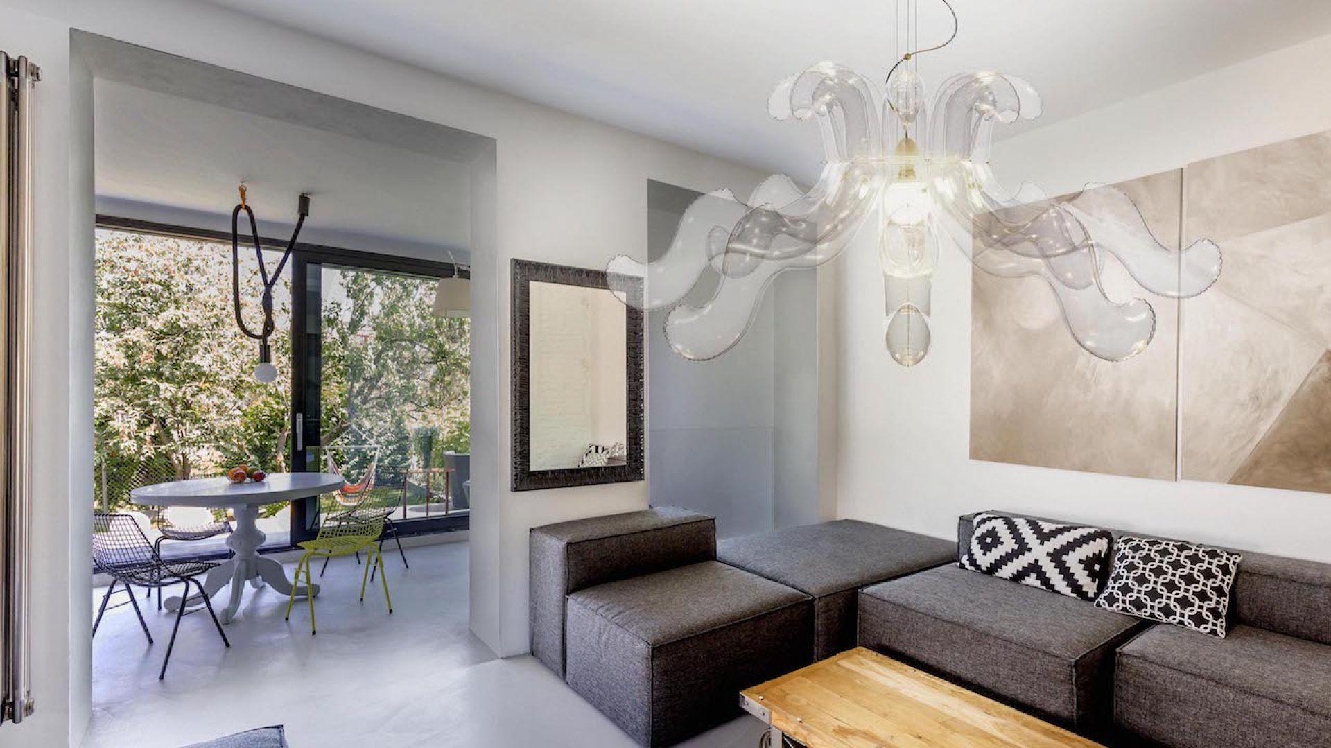 Lampa Lullaby jest inspirowana barokowymi formami oraz żyrandolami ze szkła Murano. Tak jak w przypadku wszystkich projektów Puff-Buff, tradycyjne szkło zastąpił wypełniany powietrzem winyl, który jest przezroczysty, elastyczny i lekki. Żyrandol Lullaby. Fot. Puff-Buff