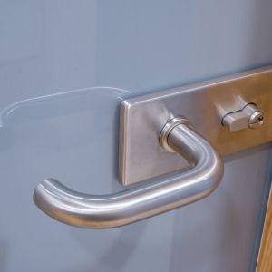 Drzwi szklane wykonane z kolorowego szkła. Fot. CDA Polska