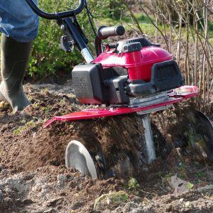 Przygotowanie ogrodu do wiosennych upraw. Glebogryzarka Honda FG205. Fot. Honda