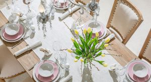 Romantycznie czy minimalistycznie, nowocześnie czy naturalnie? Jak udekorować stół na Wielkanoc? Zobacz 4 propozycje dekoracji i wybierz styl, który najbardziej Ci odpowiada.