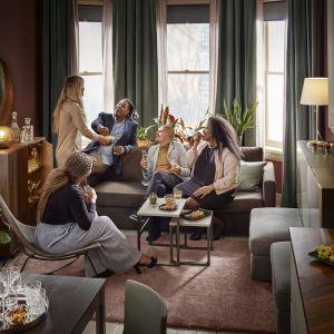 Trzyosobowa sofa Friheten ma funkcję rozkładania, dzięki czemu łatwo zamienisz salon w gościnny pokój. Fot. IKEA