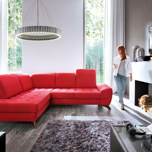 Kolor w salonie - meble i dodatki w gorącej czerwieni