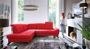 W tym sezonie postaw na kolor. Modna czerwień ożywi wnętrze. Zobacz jakie meble i dodatki można zastosować w aranżacji salonu.