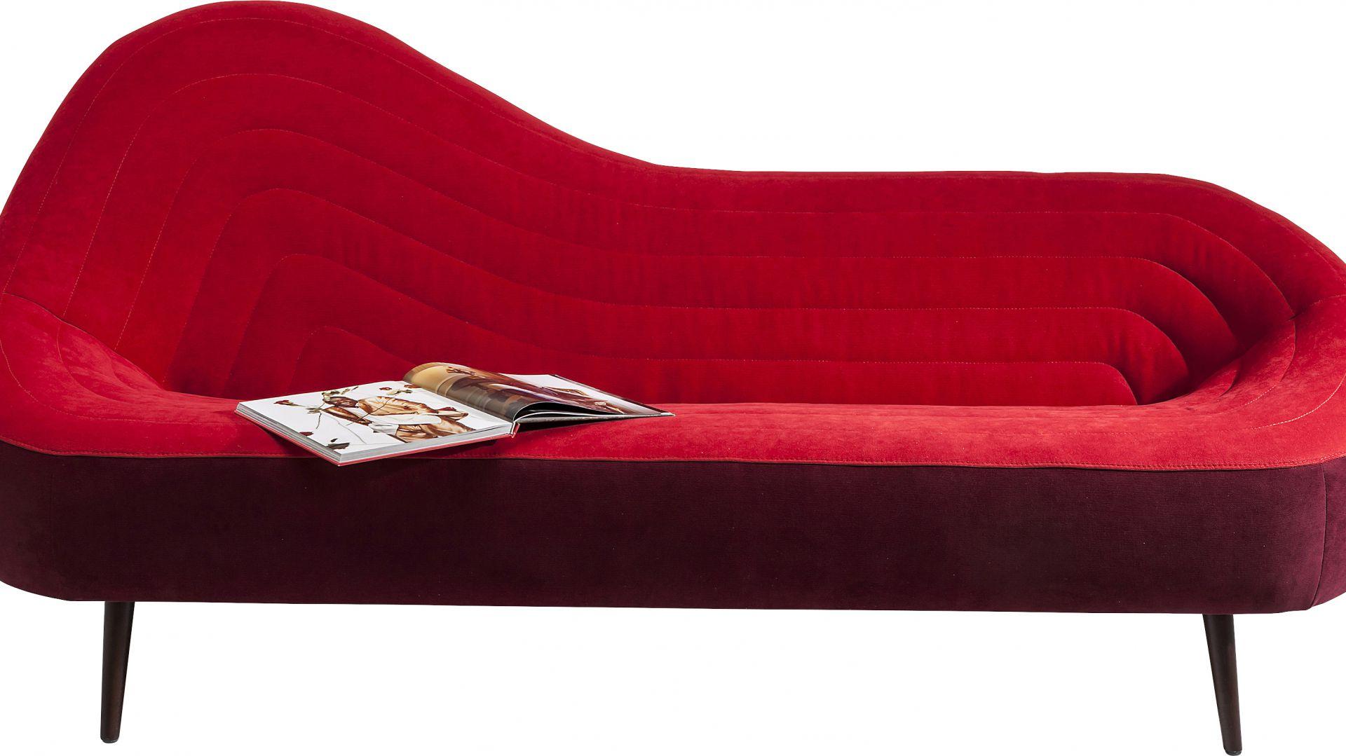Czerwona sofa Isobar z oryginalnym pikowaniem. Fot. Kare Design
