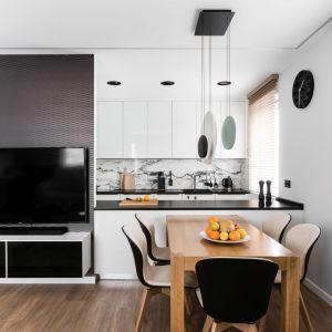 Elegancki i ponadczasowy projekt mieszkania dla singla. Projekt: Estera i Robert Sosnowscy / Studio Projekt. Zdjęcia: Fotomohito