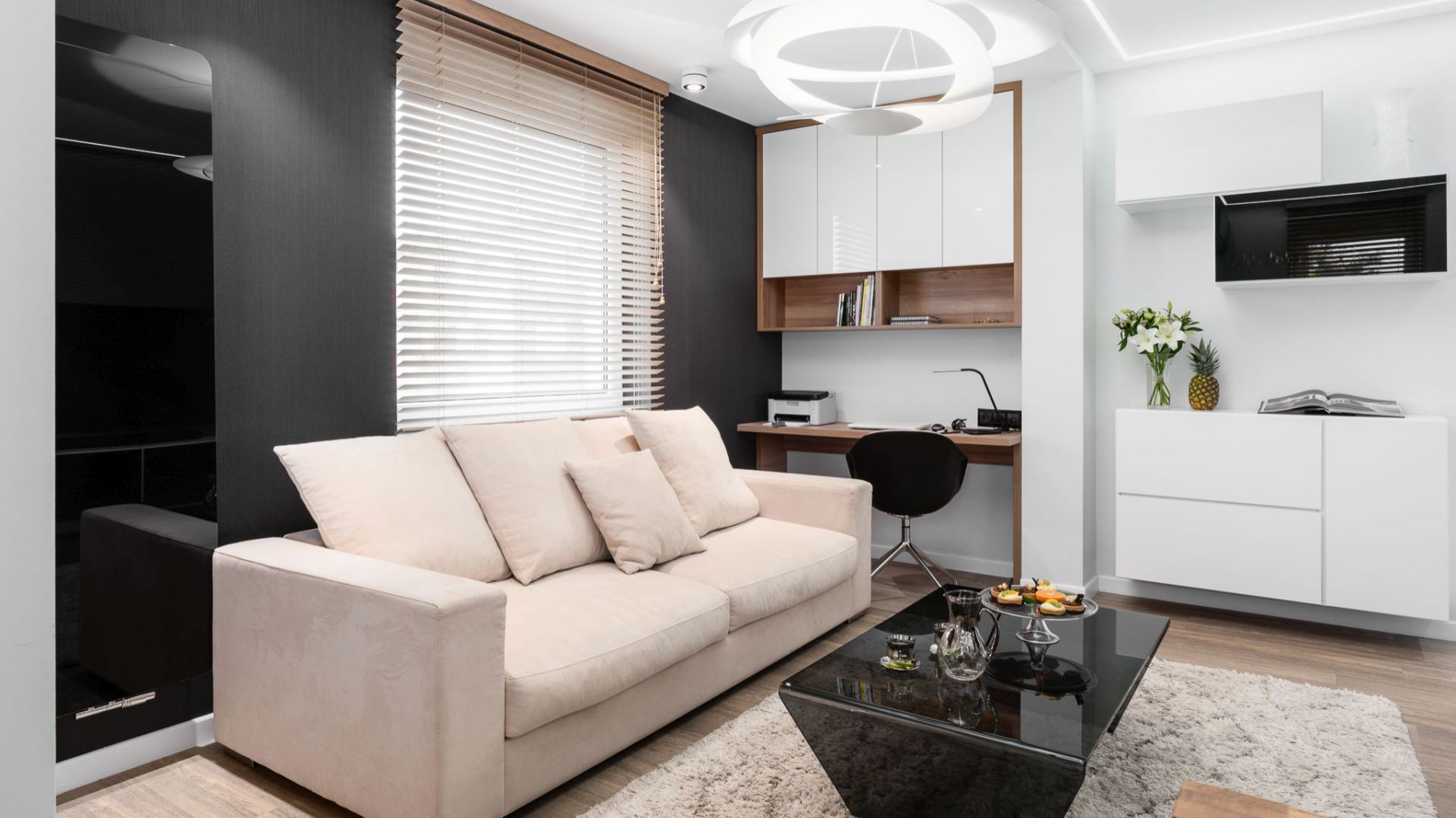 W salonie wygospodarowano miejsce na kącik do pracy. Projekt: Estera i Robert Sosnowscy / Studio Projekt. Zdjęcia: Fotomohito