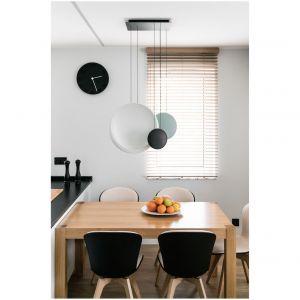 Czarno-białą kolorystykę przełamują pastelowe dodatki. Projekt: Estera i Robert Sosnowscy / Studio Projekt. Zdjęcia: Fotomohito