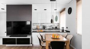 Właściciel mieszkania to mężczyzna, młody biznesmen o pragmatycznym podejściu do życia. Zależało mu na funkcjonalnym zaaranżowaniu przestrzeni w stonowanej kolorystyce. W mieszkaniu dominuje biel i czerń, przełamane pastelowymi detalami.