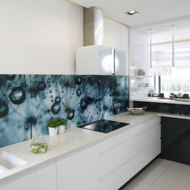 Ściany w kuchni - hartowane szkło nad blatem