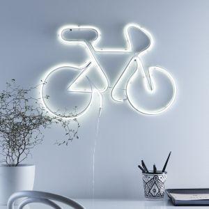 Lampy neonowe urzekają bogactwem wzorów, kolorów i kształtów. Często przybierają postać napisów lub przypominają kształtem przedmioty codziennego użytku, rośliny czy zwierzęta. Fot. Markslöjd