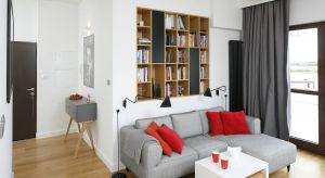 W większości polskich mieszkań nie możemy pozwolić sobie na wydzielenie osobnego pomieszczenia na domową bibliotekę. Jeśli mamy bogaty księgozbiór, możemyz półek na książki stworzyć niebanalną aranżację salonu.