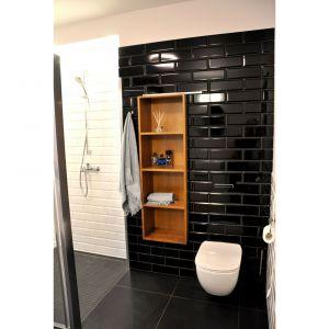 Dom na mazurskiej wsi. Łazienka na półpiętrze pełni też rolę pralni. Projekt i zdjęcia: Alicja Łotysz-Pogorzelska (Wnętrza i ogrody Amaltea)
