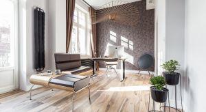 Maleńkie mieszkanie na parterze poznańskiej kamienicy, wewnątrz skrywa nowoczesne rozwiązania. Urządzone w duchu klasycznej elegancji, ale ze współczesnym szykiem i nutą nonszalancji, łączy w sobie przestrzeń do pracy i wypoczynku.