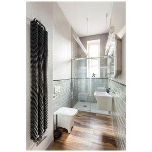 W łazience na ścianach, do poziomu lamperii, zostały położone szare płytki-cegiełki. Ponad nimi, biegnąca aż pod sufit, gumowa w strukturze, nowoczesna okleina. Projekt: Kasia Orwat Design. Zdjęcia: Weronika Trojanowska Photografer
