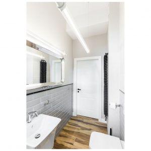 W łazience udało się sprytnie połączyć estetykę dwóch epok. Projekt: Kasia Orwat Design. Zdjęcia: Weronika Trojanowska Photografer
