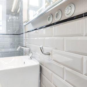 Armatura, wieszaczek na ręcznik oraz uchwyt na papier toaletowy pochodzą z tej samej oryginalnej linii. Projekt: Kasia Orwat Design. Zdjęcia: Weronika Trojanowska Photografer