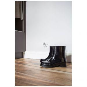 Podłoga może nie skrzypi tak uroczo pod stopami i jest nieco chłodniejsza niż naturalna deska, ale za to łatwiej ją utrzymać w czystości. Projekt: Kasia Orwat Design. Zdjęcia: Weronika Trojanowska Photografer