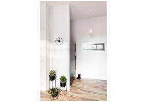 Mieszkanie w kształcie prostokąta zostało na tyle dobrze zaplanowane przez dewelopera, że nie wymagało większych ingerencji budowlanych. Projekt: Kasia Orwat Design. Zdjęcia: Weronika Trojanowska Photografer