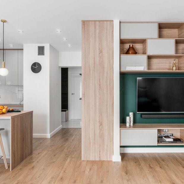 Zieleń, miedź i drewno - zobacz klimatyczne mieszkanie