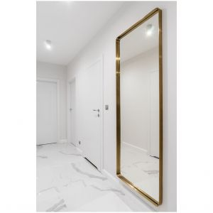 Miedziana rama lustra pięknie wyeksponowana na tle białych ścian. Projekt: Estera i Robert Sosnowscy / Studio Projekt. Zdjęcia: Fotomohito