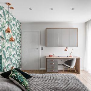 Kącik do pracy w sypialni i zabudowa kuchni zostały wykonane z tych samych materiałów. Projekt: Estera i Robert Sosnowscy / Studio Projekt. Zdjęcia: Fotomohito