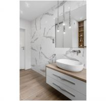 Łazienka - ponadczasowa biel ocieplona jasnym drewnem. Projekt: Estera i Robert Sosnowscy / Studio Projekt. Zdjęcia: Fotomohito