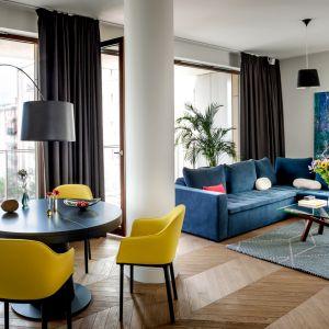 Modne żółte krzesła w jadalni nadają wnętrzu niepowtarzalnej energii. Projekt: Anna Koszela. Fot. Rafał Lipski
