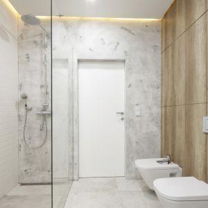 Nowoczesna łazienka z prysznicem. Projekt: Dariusz Grabowski. Fot. Bartosz Jarosz