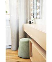 Naprzeciw łóżka udało się stworzyć spójną i estetyczną kompozycję, w której połączono toaletkę z lustrem, długi blat i szuflady oraz miejsce montażu telewizora i szafkę rtv. Projekt i zdjęcia: Dominika Wojciechowska / NIDUS interiors