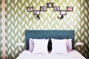 Urządzając sypialnię gospodarzy projektantce zależało na stworzeniu ciepłego i przytulnego wnętrza, niepozbawionego praktycznych rozwiązań. Projekt i zdjęcia: Dominika Wojciechowska / NIDUS interiors