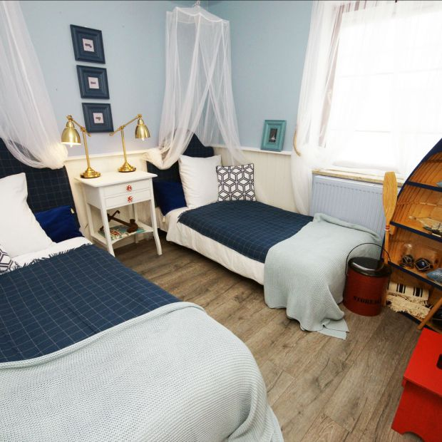 Mała sypialnia w stylu marynistycznym