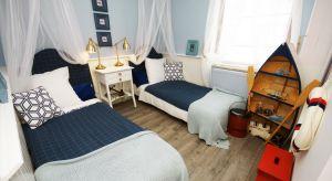 Aranżacja małej sypialni w stylu marynistycznym oprócz letniego, morskiego klimatu niesie za sobą jeszcze inne walory, jak optyczne powiększenie wnętrza, czy funkcjonalność. Jest dopasowana, zarówno do dorosłych, jak i najmłodszych.