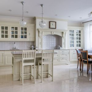 Drewniane meble w kuchni i jadalni. Fot. Arino House