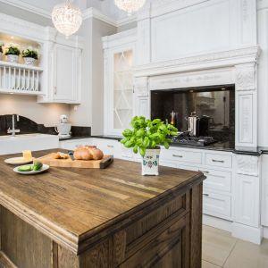 Drewniane meble w kuchni. Fot. Arino House