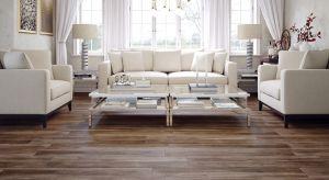 Podłoga w salonie to z jednej strony mocno eksponowany, z drugiej zaś intensywnie eksploatowany element wystroju wnętrza. Materiał, z którego jest wykonana musi łączyć piękno i delikatność natury z niezwykłą wytrzymałością. Rozwiązaniem t